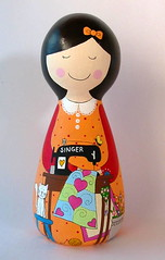 Viviane (Belle Bellica) Tags: wood flowers orange flores yellow cat butterfly hearts laranja amarelo gato borboleta singer patchwork tecidos woodendoll maquinadecostura coraoes