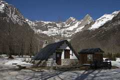 La casita de chocolante blanco (hoskitar) Tags: house snow mountains casa nieve aragon neu montañas cabaña ordesa pineta caseta muntanyes bielsa aragó sortidazz