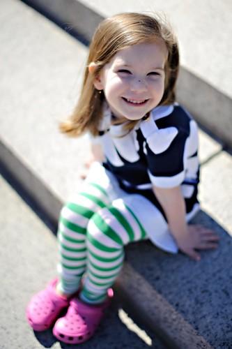 [フリー画像] 人物, 子供, 少女・女の子, 笑顔・スマイル, 201004201100