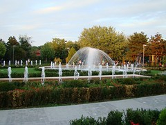 Fountain (joju-ro) Tags: park sunset verde green water fountain alley bushes arteziana