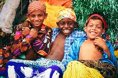 Tia, tu faz foto a dinheiro? (gleicebueno) Tags: boys colors brasil cores children friendship joy amizade alegria crianças pernambuco maracatu caranval nazarédamata