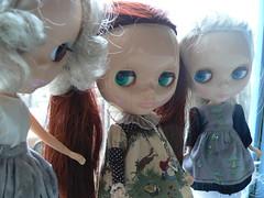 Hollywood Looking at the Eurotrash Girls (rhubs knit) Tags: dolls hollywood eurotrash capuccino blythes squeakymonkey merryskier mishigoss