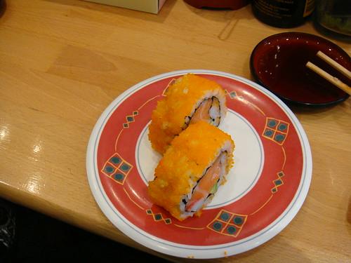 Maki de aguacate, salmón y cangrejo