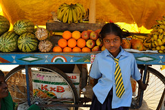 Hampi801 (amelotour) Tags: voyage travel school portrait india girl fruits children market schoolchildren enfant fille march hampi inde uniforme colier