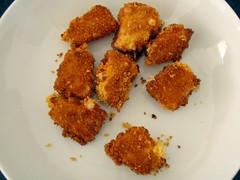 Små stykker ost på panden