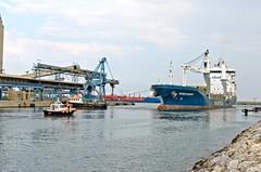 La manoeuvre du Normed Bremen (jeanmichelchuiche) Tags: mer france port bateaux cargo aude grue liebherr portlanouvelle normedbremen