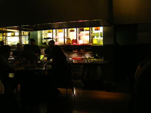 Interior del restaurante con la cocina al fondo
