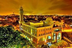 HOLY GOLDEN  MOSQUE (Kenny Teo (zoompict)) Tags: building architecture night landscape temple eos scenery shot muslim mosque jurong kenny taman malay platinumphoto assyakirin 1000d zoompict singaporelowerpiercereservoir