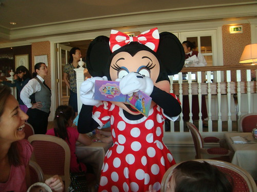 Minnie firmando en el Lounge del Castle Club