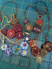 Disponveis... por tempo limitado..kkk (feitodetrapo) Tags: fuxico colar necklaces floresdepano floresdetecido colaresdefuxico colaresdetecido colaresdeflor