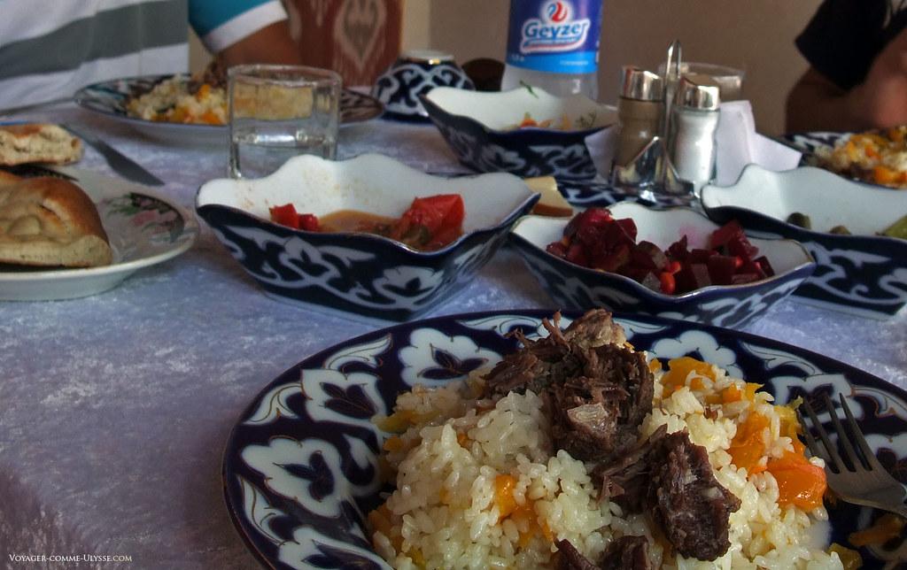 Gastronomie ouzbèke et vaisselle décorée avec des motifs de fleur de coton