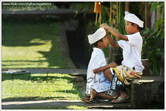Friendship Never Ending (myudistira) Tags: bali work children friend photographer dress friendship culture dressing made help hindu 2009 kuningan freelance adat budaya balinese fotografer unik yudis baliview baliphotographer yudistira myudistira madeyudistira yudist