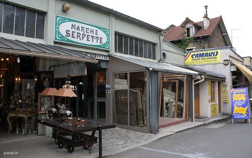 Entrée du marché Serpette, spécialisé haut de gamme, exporte une grande partie de ses objets