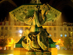 LISBOA       FONTE NA Praça Dom Pedro IV. (LUIS FELICIANO) Tags: portugal lisboa fuente nocturna fonte praçadompedroiv googleluisfeliciano flickrluisfeliciano