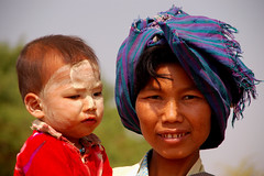Bagan - Mother with child (CortoMaltese_1999) Tags: people kids d50 asia asien burma myanmar birma bagan villager thanaka earthasia