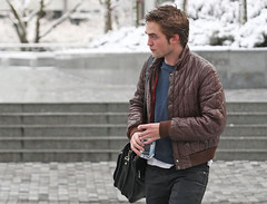 Robert Pattinson in Vancouver _05 (Club Crepusculo) Tags: snow canada vancouver messengerbag robertpattinson nikeshoes nikesneakers blackjeans brownleatherjacket fijiwaterbottle