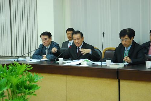 左起農委會副主委胡興華、水保局長吳輝龍、水保局主秘簡俊發