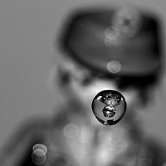 Duchando al playmobil...... (hiskinho) Tags: bw water toy reflex agua wasser bokeh drop bn doctor reflejo gota playmobil juguete mdico enfermero