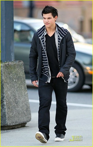 taylor-lautner-wolf-pack-lunch-12