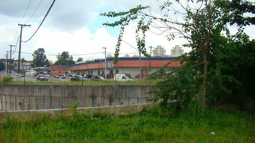 Mureta baixa e sem cerca ao lado do Córrego Pirajuçara. Clique para ampliar.