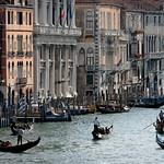 Venise: le grand canal au niveau du pont du Rialto.