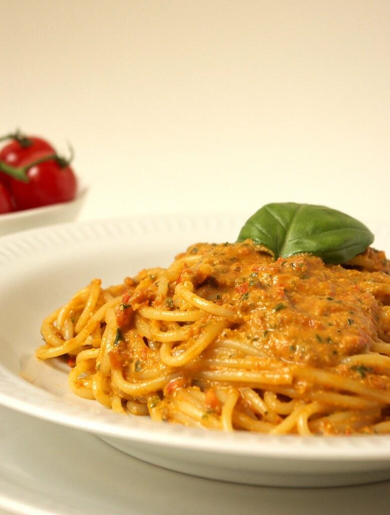 Spaghetti tomates amandes pesto rouge