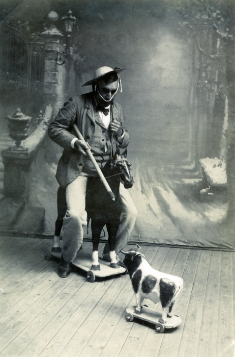 Picador en un estudio de Toledo en junio de 1905. Fotógrafo anónimo. Colección Luis Alba. Ayuntamiento de Toledo