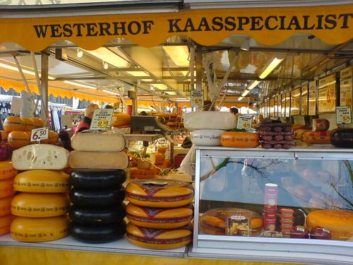 Marktstand mit Holländischem Käse auf dem Wochenmarkt in Enschede