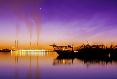 Doha Sunset! (AL zanki (d10b Q8)) Tags: pink sunset sea moon beach canon boats lights evening al asia ship purple diving pollution kuwait doha q8 zanki 2470mm