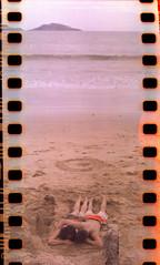 Lomografia 2 (Por el Sol) Tags: en film la mar lomography pareja amor el niños arena lubitel tres pelicula analoga mazatlan islas sinaloa novios jugando mahatma novio millan enamorados 166 lomografia muchachos echando