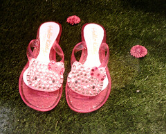 Hello Kitty Store San Babila Milano_Shop Window_Hello Kitty pink flip flop (non solo Kawaii) Tags: pink cute primavera shoes hellokitty milano rosa flipflop plastic negozio kawaii shopwindow vetrina 2009 strass infradito plastica shoppingwindow sanbabila hellokittystore ciabatte brillantini camomillastore