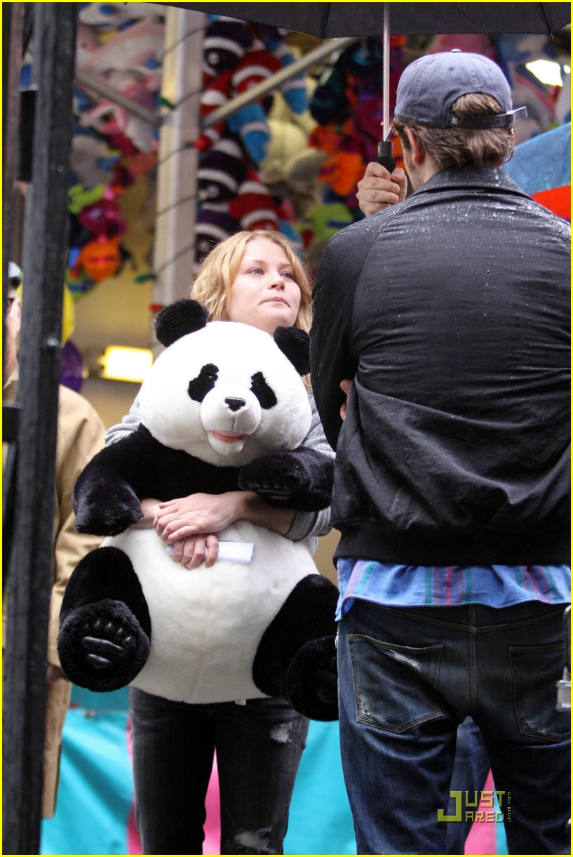 robert-pattinson-emilie-de-ravin-panda-bear-07