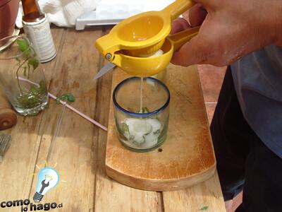 Exprimiendo limones - Cómo hacer mojitos