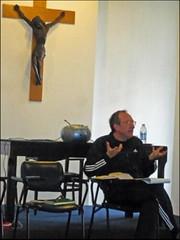 immagine di Marco Guzzi durante uno dei suoi discorsi