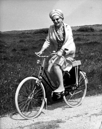 Juliana op de fiets / Juliana riding a bike