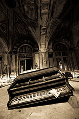 Lee's Piano (Buzz Click Photography) Tags: abandoned ruins decay detroit lee spike urbanexploring urbex radiospike newcenter leeplaza leeplazahotel grandblvd april09