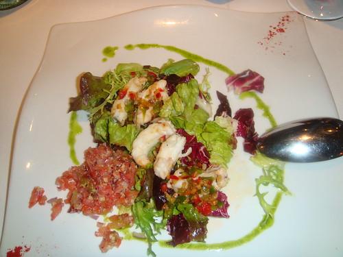 Ensalada de Cigalitas a la plancha con tartar de tomate, dátiles y piñones