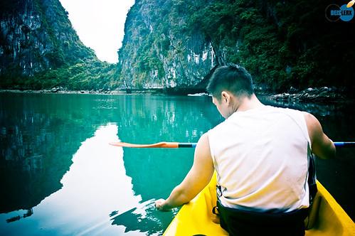 Sea kayaking in Halong bay 02