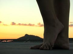 Lucy [is] in the Sky (steph_ie) Tags: sky feet pose céu pés feminino stephaniebastos