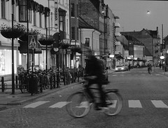 P5237674.tif (Sigfrid Lundberg) Tags: street people man lund bicycle night dark couple cyclist darkness sweden streetphotography sverige natt zebracrossing cykel vergngsstlle nikkor50mmf12 cyklist storasdergatan