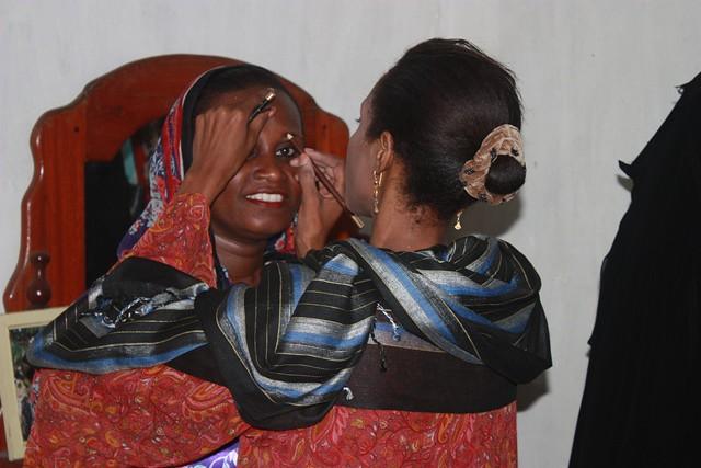 anni makes stool, wedding in Bububu 035.jpgedit