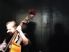 Cyrano Blues (guillermo_torres) Tags: valencia concierto jazz blues mercado musica sombras nariz larga cyrano contrabajo instrumento fuencarral cirano