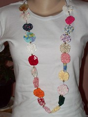 Colar de fuxico (Mar de flores) Tags: flowers flores fuxico yoyo fux sandália chinelo tecido croche fuxicos fuxicando crochetando fuxicaria fuxic