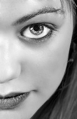De cerca (Fernando Rey) Tags: bw girl beauty face eyes chica retrato cara young lips bn ojos labios soe belleza portrair joven