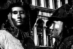 maschera sulle paratie (Nicola Zuliani) Tags: venice carnevale venezia biancoenero maschere nizu nicolazuliani wwwnizuit