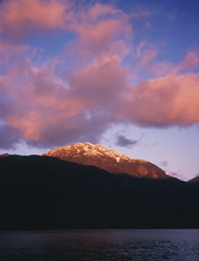Atardecer en Cayutu (Mono Andes) Tags: chile sunset mountain clouds sunrise trekking landscape atardecer 1999 backpacking andes regindeloslagos canogas1999 rutadelosjesuitas canogastour lagunacayutu