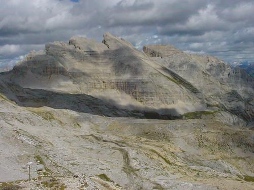 Der Gipel des Latemar und die Kalksteinumgebung