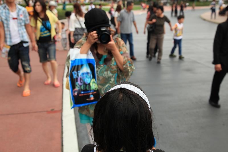 娘の写真を撮る嫁