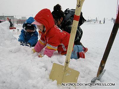 Kids making snowmen