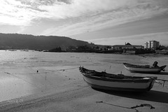 Gamelas (_madmarx_) Tags: light sky bw praia beach clouds boat sand agua barco playa arena galicia nubes area pontevedra retocada riasbaixas bote auga cangas cangasdomorrazo aldn morrazo quarzoespecial madmarx